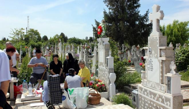 Foto: Paştele Blajinilor, sărbătorit  cu bodyguarzi la porţile cimitirelor