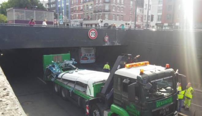 Foto: Imagini uluitoare. Un autocar prea înalt a intrat cu viteză într-un tunel
