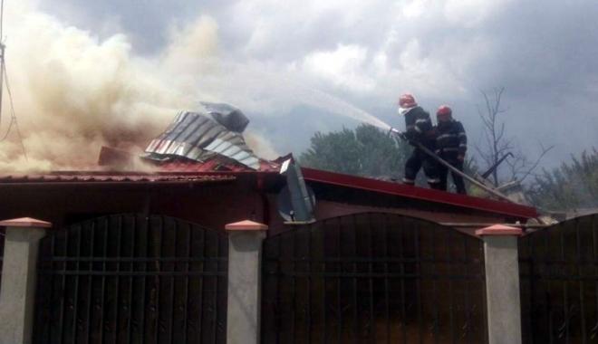 Foto: Patru autospeciale au intervenit la un incendiu izbucnit la o cas� din Murfatlar