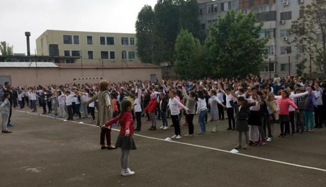 """Foto: Pauză pentru mişcare  la Şcoala """"Gheorghe Ţiţeica"""""""