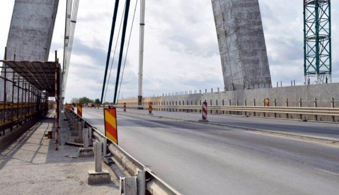 Foto: Circ pe podul de la Agigea. Şoferii sunt exasperaţi: unde sunt muncitorii?
