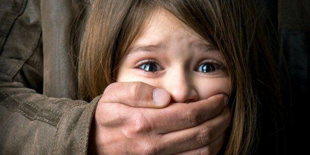 Foto: A agresat sexual două fetiţe într-o scară de bloc. Pedofilul fusese eliberat din închisoare recent
