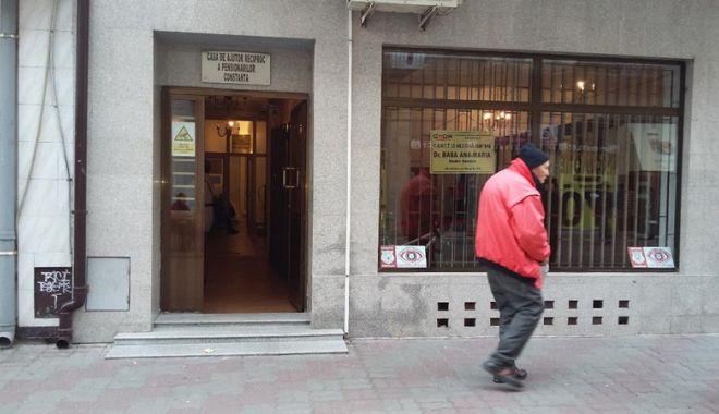 """Foto: """"Suntem săraci și nimănui nu îi pasă  de noi"""". Pentru ce se împrumută pensionarii"""