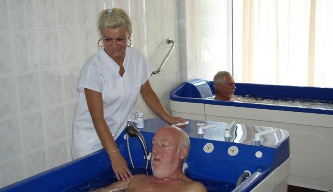 """Foto: Pensionarii plâng după biletele de tratament. """"Nimănui nu-i pasă de suferinţa noastră!"""""""