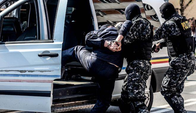 Foto: Percheziţii DIICOT, la Constanţa. Cinci proxeneţi au fost reţinuţi