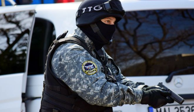 Foto: Percheziții ale mascaților la hoţii de combustibil din oraşul Ovidiu