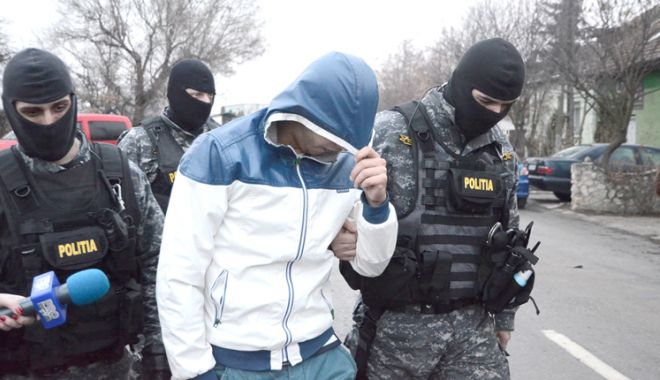 Foto: Percheziţii la Constanţa. Trei tineri au fost reţinuţi de poliţişti