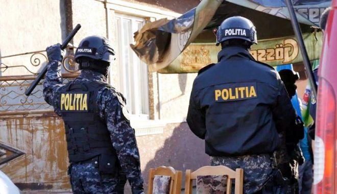 Foto: Două persoane arestate în urma unor percheziții