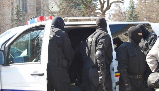Foto: Percheziţii la Federaţia Română de Ciclism. Suspecţii au adus la Poliţie o sacoşă plină cu bani