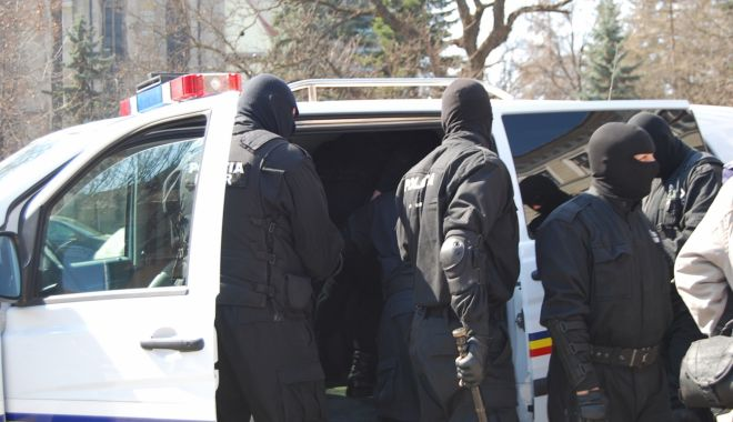Foto: Zece persoane au fost reținute pentru 24 de ore într-un dosar de camătă, șantaj și proxenetism
