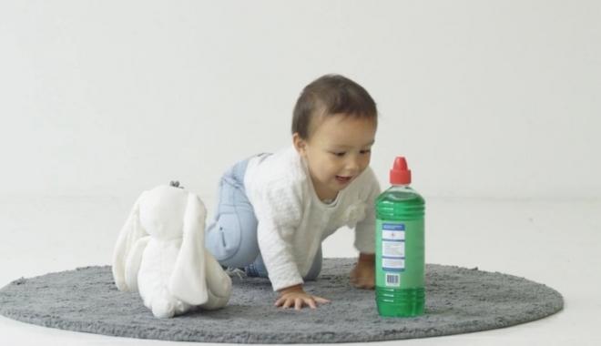 """Foto: Cum ferim copiii mici de pericolele din casă. """"Nu ţineţi soluţii chimice în sticle de apă"""""""