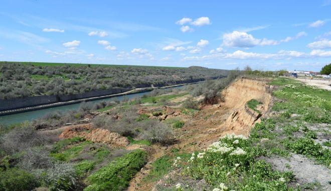 Autoritățile în alertă! Pericol în localitatea Cumpăna. Malul canalului stă să se prăbușească - pericolmalcumpana2-1564945418.jpg