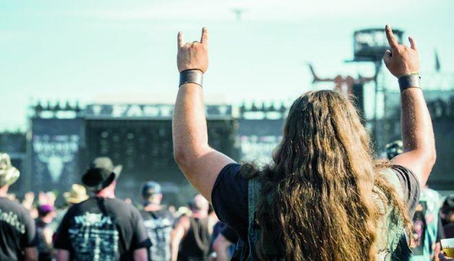 Foto: Doi bătrâni dispăruţi de la un azil, găsiţi la un mega-festival de muzică heavy metal