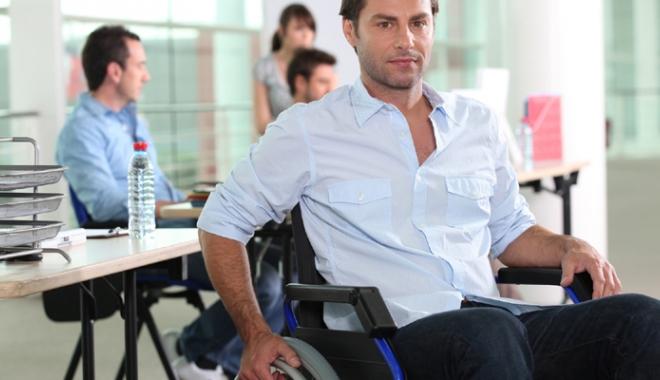 Foto: Persoanele cu dizabilităţi,  ajutate să-şi găsească de muncă