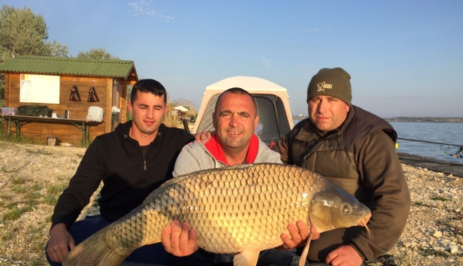Foto: Pescari meseriaşi! Capturi incredibile de peşte pe lacul Corbu 2