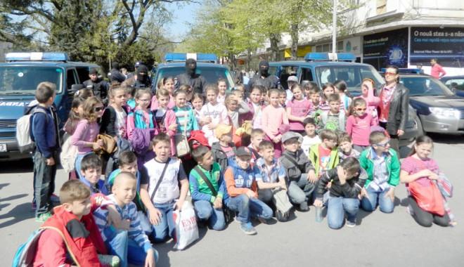 Foto: Peste o mie de elevi, curioşi să-i cunoască pe jandarmii constănţeni