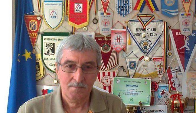 Foto: O viaţă pentru handbal! Profesorul Valentin Petricală a ieşit la pensie