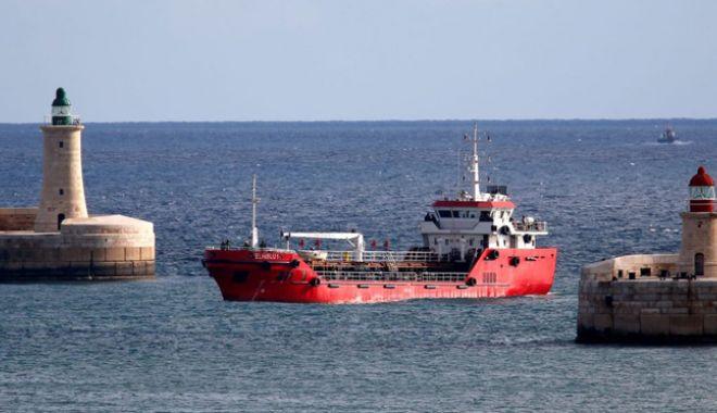 Petrolierul deturnat de migranţi a ajuns în Malta - petrolier-1553780068.jpg
