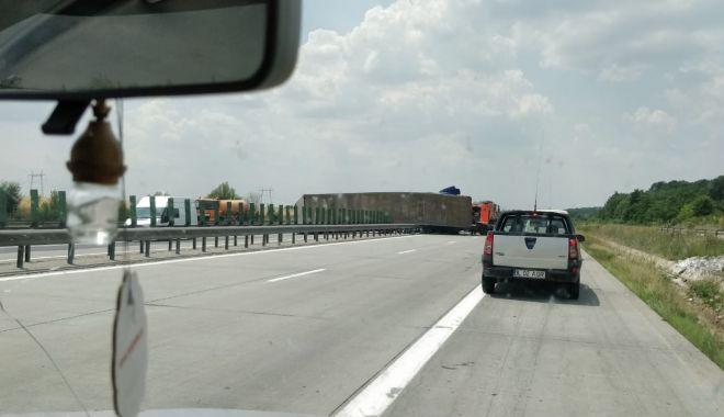 Foto: GALERIE FOTO / Atenţie şoferi! Un tir s-a răsturnat pe Autostrada Soarelui! Se circulă cu dificultate