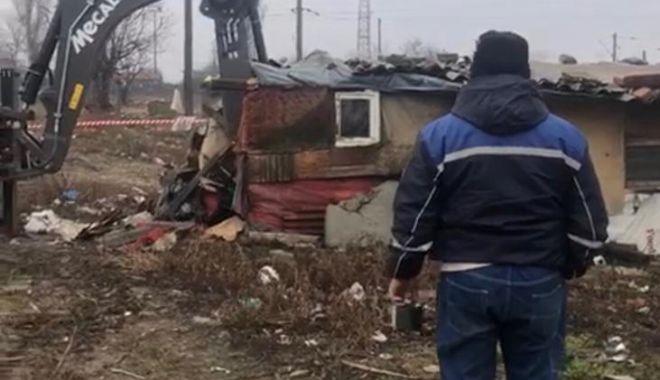 GALERIE FOTO / Construcţiile ridicate ilegal pe strada Munţii Tatra, demolate de poliţiştii locali constănţeni