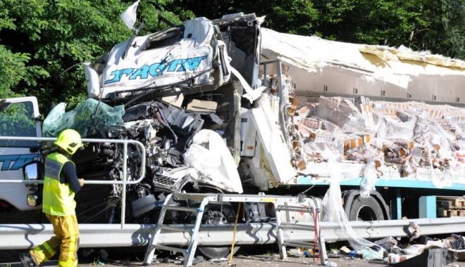 Foto: FOTO-VIDEO ŞOCANT / Şofer ROMÂN, ACCIDENT CUMPLIT în Franţa! A rămas la volan, cu PICIOARELE RUPTE, până a fost descarcerat!