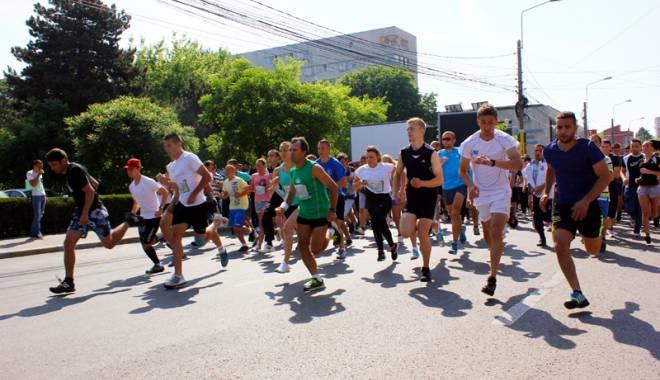 """Foto: Piaţa Ovidiu, linia de start  a crosului universitar  """"Student Run"""""""