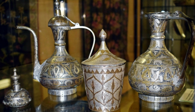 Foto: Obiecte de tezaur  din argint şi alamă,  la Muzeul de Artă Populară