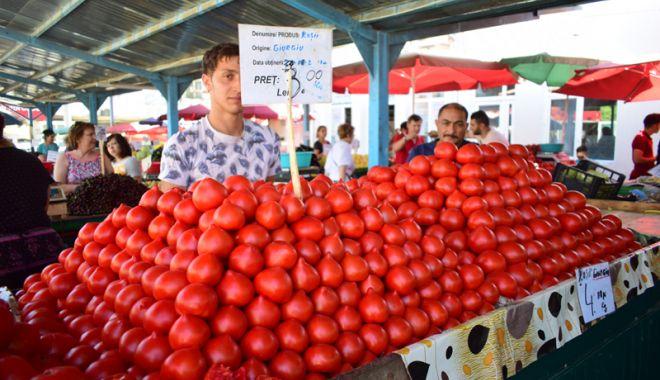 Foto: Piețele și hipermarket-urile sunt pline de roșii românești