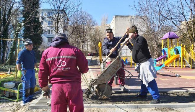 Foto: Pietonale și borduri amplasate la locurile de joacă din Constanța