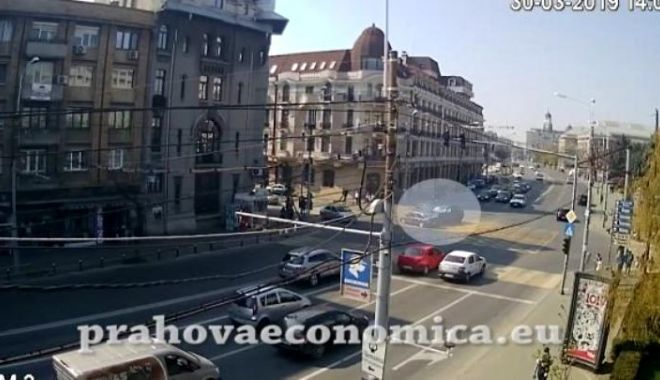 Foto: VIDEO ŞOCANT. Pietoni, la un pas de a fi spulberați pe trotuar, de o maşină scăpată de sub control