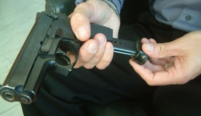 """Foto: """"Teroristul"""" din dotarea poliţiştilor. """"Este groaznic să ţi se blocheze armamentul în misiune"""""""