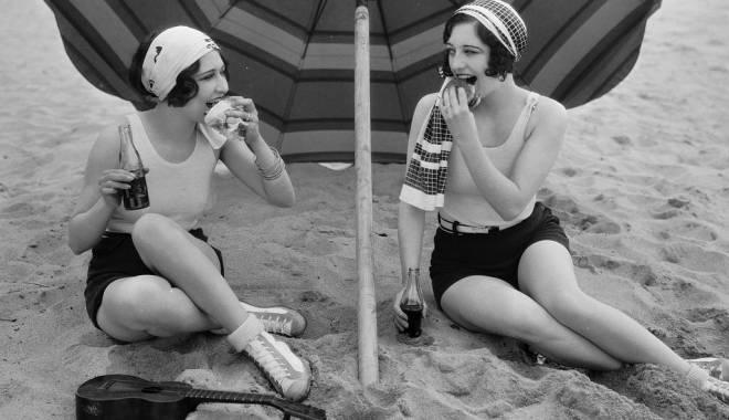 Foto: CONSTANŢA, ACUM 100 DE ANI. Chiloţei cu mânecuţă în loc de bikini. Cum se făcea plajă în urmă cu un secol