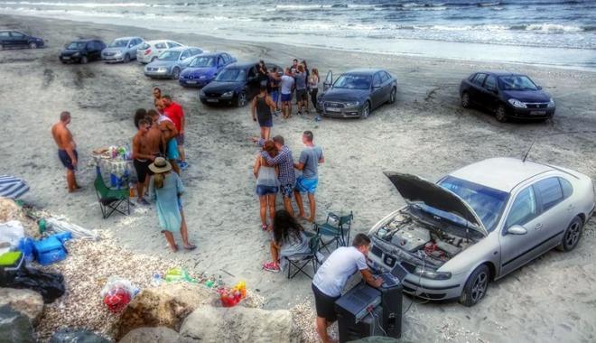 """Foto: Plaja protejată de la Corbu, invadată de """"bizoni"""". Poliţia, pe urmele lor"""