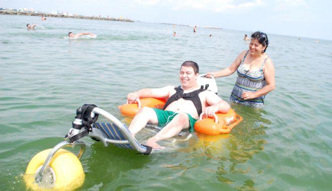 Foto: Plajă accesibilizată pentru persoanele cu dizabilităţi