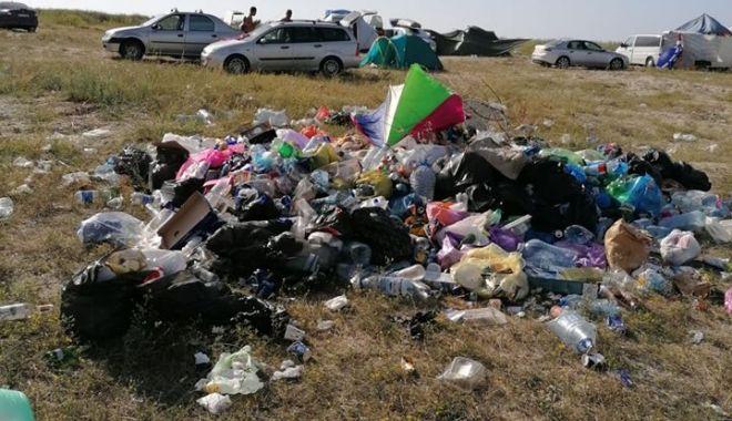 """Foto: Turiști iresponsabili pe plajele de la Vadu și Corbu. """"Sunt din ce în ce mai multe gunoaie!"""""""