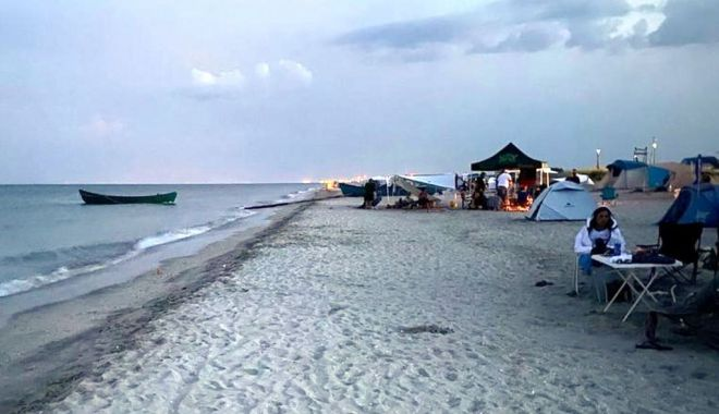 Foto: Plajele sălbatice, luate cu asalt: rulote și mașini parcate pe nisip