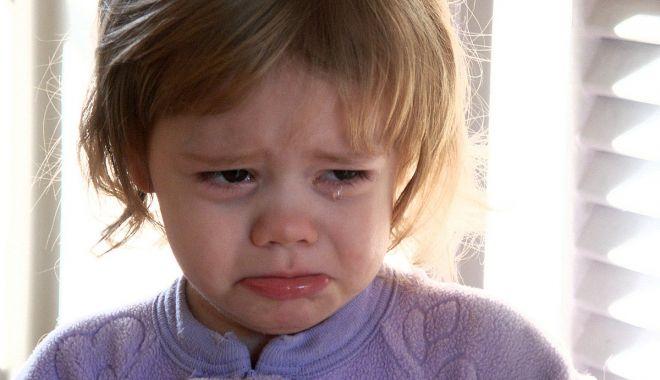 Copilul plânge şi nu ştiţi ce să-i mai faceţi? Metode de a-l linişti rapid