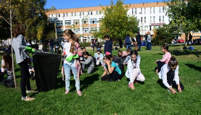 """Foto: Parcul de la Casa de Cultură, îngrijit de elevii de la liceele de Artă şi Telecomunicaţii şi studenţii de la """"Şaguna"""""""