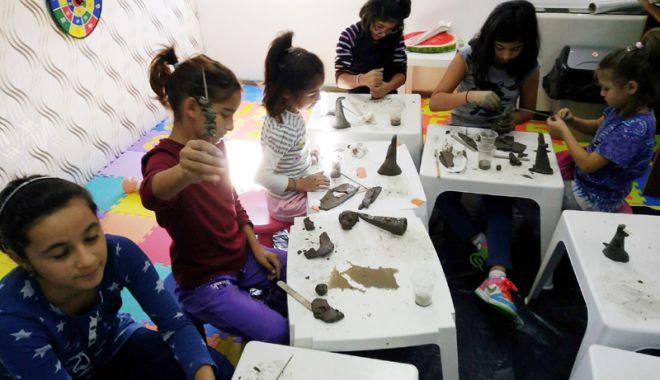 Foto: Copiii din centrele  de plasament  au învăţat  să modeleze lutul