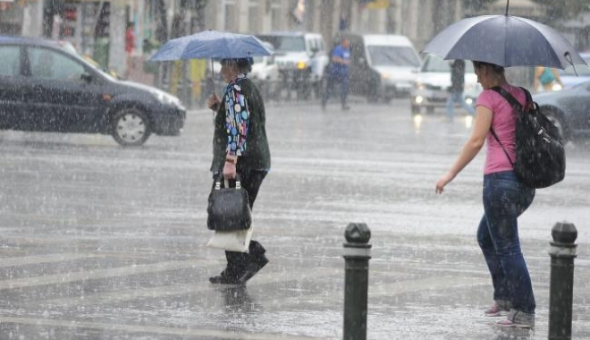 Foto: Ploi torenţiale şi vânt puternic, în week-end