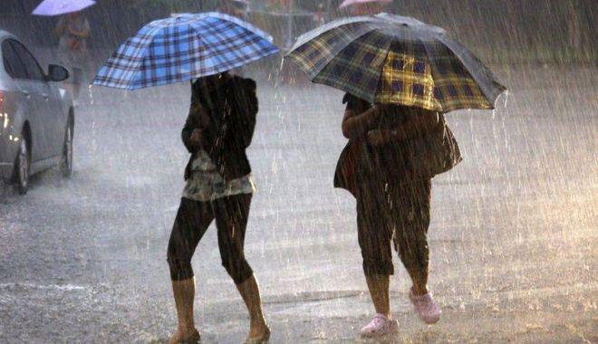 Foto: ROMÂNIA INTRĂ SUB AVERTIZARE METEO DE VREME REA! Ploi torenţiale, vijelii şi grindină, începând din această seară