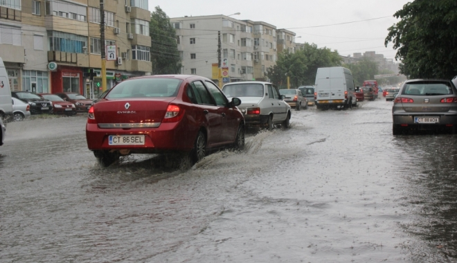 Foto: Cod galben de vreme rea, la Constanţa! Plouă toată ziua