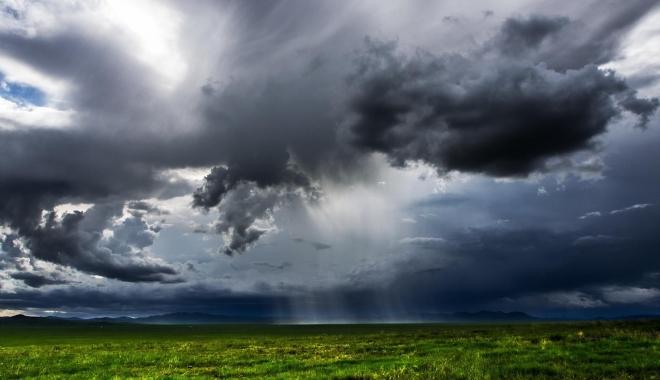 Foto: Vreme deosebit de caldă, cu furtuni şi ploi torenţiale, la Constanţa