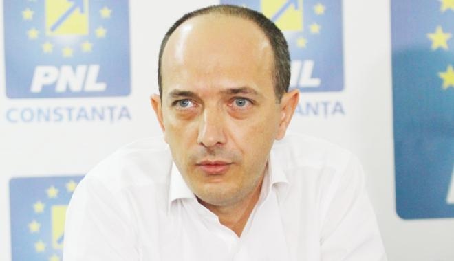 Foto: Deputatul Robert Boroianu reacţionează faţă de plafonarea indemnizaţiei pentru creşterea copilului