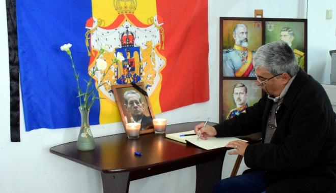Foto: Vrei să aduci un omagiu Regelui Mihai I? Poţi scrie în cartea de condoleanţe, la sediul PNŢCD Constanţa