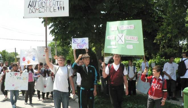 Foto: Marş împotriva violenţei  la Poarta Albă