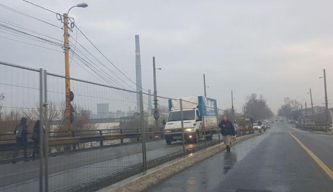 Foto: Proiect realizat pe jumătate. Podul de la Butelii, redeschis pentru maşini, periculos pentru pietoni