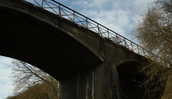 Foto: Şase cadavre spânzurate de poduri și un mesaj. Descoperirea a îngrozit țara înainte de Crăciun