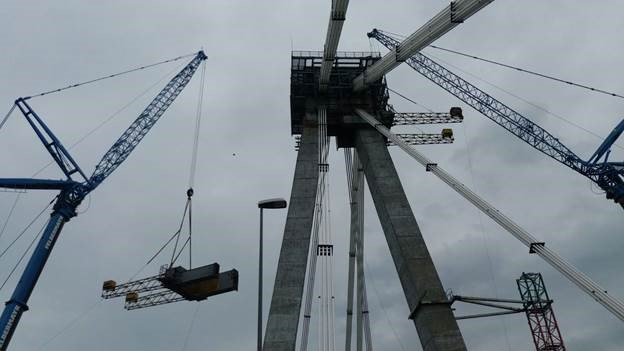 Foto: Se deschide podul Agigea? Colierul metalic, în greutate de 90 tone, a fost coborât