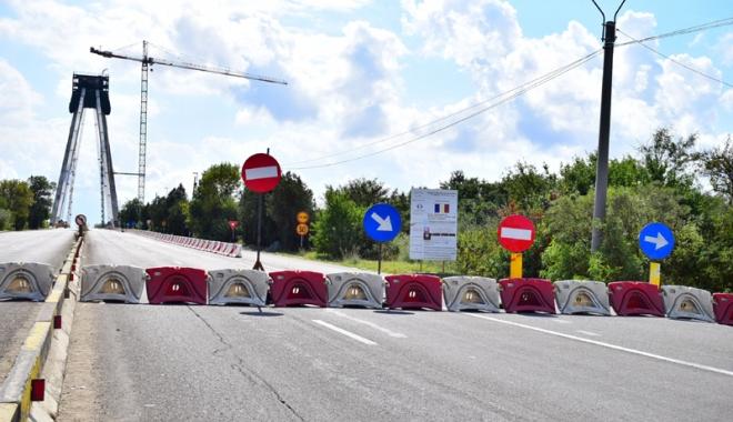 Foto: Treabă românească. Circulaţie blocată pe podul nou de la Agigea